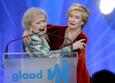 alex-pettyfer-kisses-betty-white-at-glaad-media-awards-2013-16