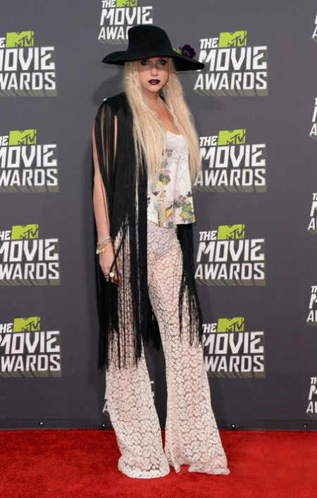 kesha-mtv-movie-awards-2013-red-carpet-13