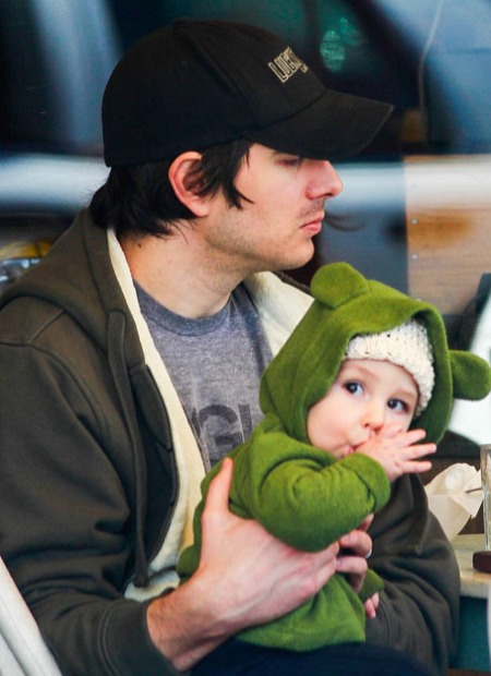 brandon-routh-lunch-with-baby-boy-leo