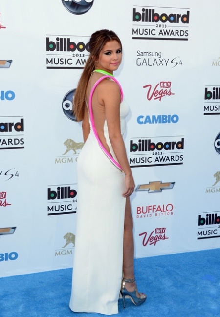 selena-gomez-billboard-music-awards-2013-red-carpet-05