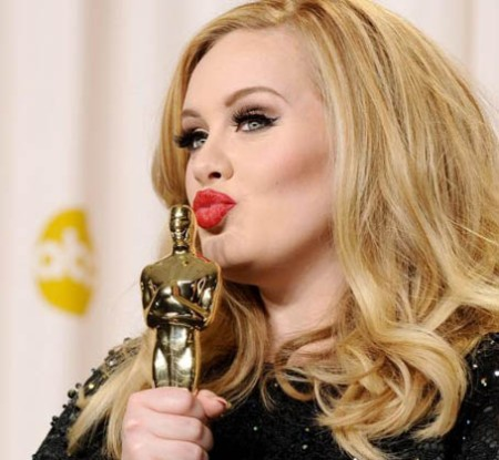 22488-adele-poses-in-the-press-room-during-620x0-1