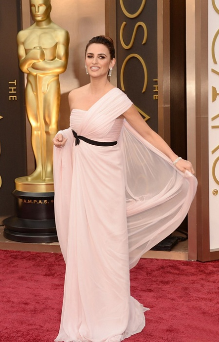 penelope-cruz-gorgeously-flows-on-oscars-2014-red-carpet-01